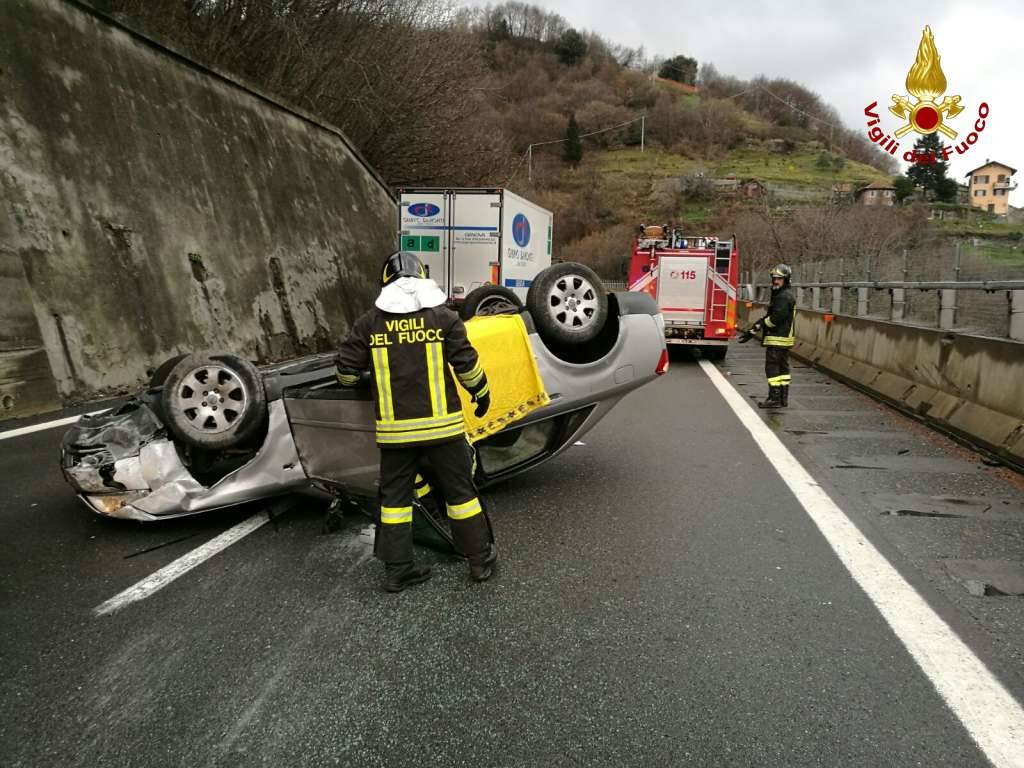 incidente a7 auto ribaltata