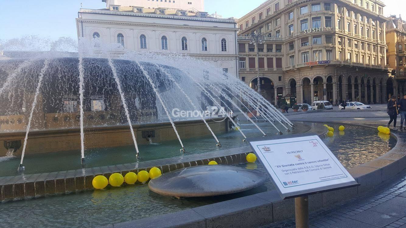 Palloncini gialli nella fontana per la giornata contro il cancro infantile