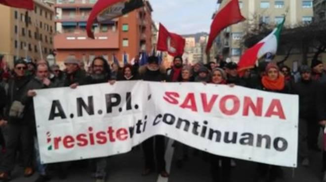 Genova, tensione per il corteo di ultradestra: trovati manichini impiccati
