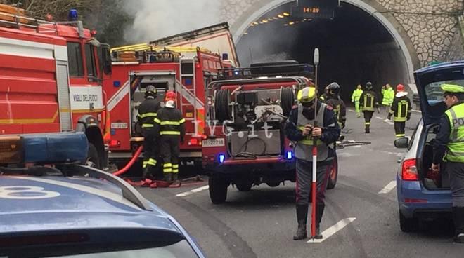 Camion fuoco fiamme incendio incidente autostrada A10