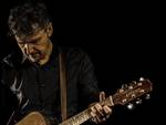 """Al circolo Chapeau di Savona venerdì 24 marzo Emanuele Dabbono presenta il """"cantautore asincrono"""" Luigi Mariano e il suo tour """"Canzoni all'angolo"""""""