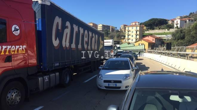 Camion ribaltato sulla A10 tra Varazze e Arenzano: traffico in tilt