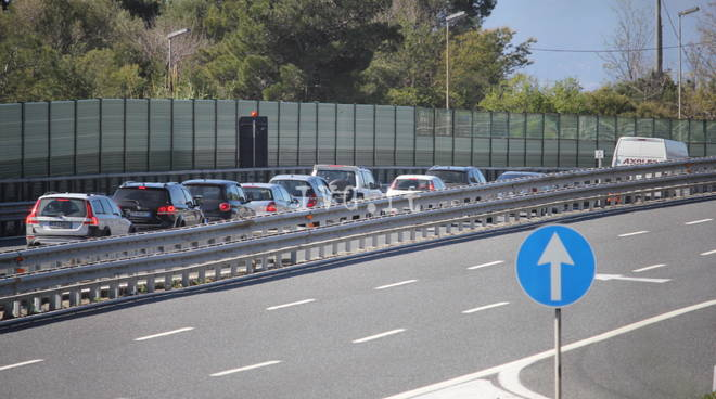 A10, si ribalta un tir: Liguria nuovamente spaccata in due