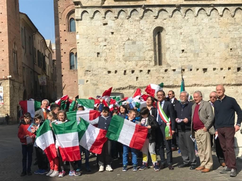 Il Lions Club Albenga Host dona un tricolore agli alunni delle scuole