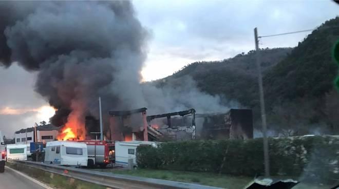 Ortovero incendio in un deposito di camper a fuoco for Piani di casa capannone