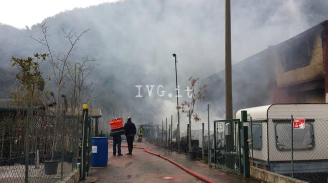 Incendio distrugge capannone a deposito camper Ortovero. Immagini Drone