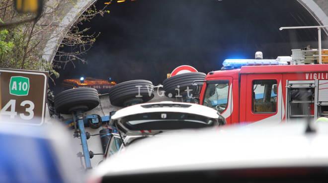 Tir invade cantiere sulla a10. Travolti gli operai: 2 morti