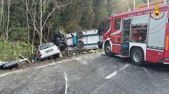 incidente camion rovesciato ribaltato tir a10 autostrada