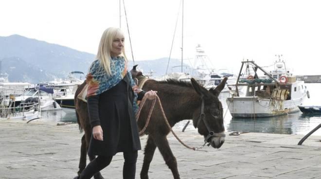 L'assessore Beatrice Tassara con un asino