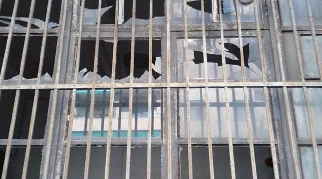 Via Canevari, spaccati i vetri della sede della protezione civile