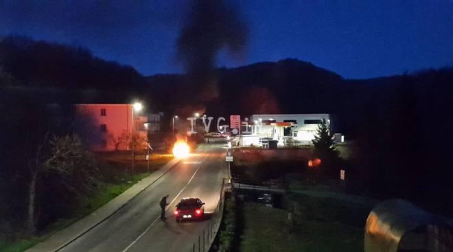 auto fuoco fiamme incendio notte