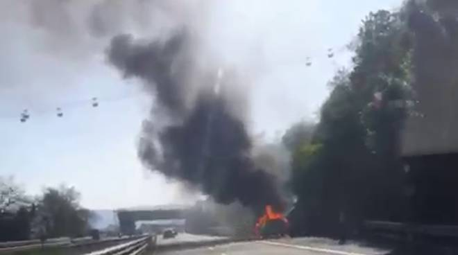 Auto in fiamme sulla A10, intervento dei vigili del fuoco