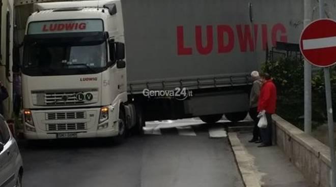 camion bloccato pontedecimo