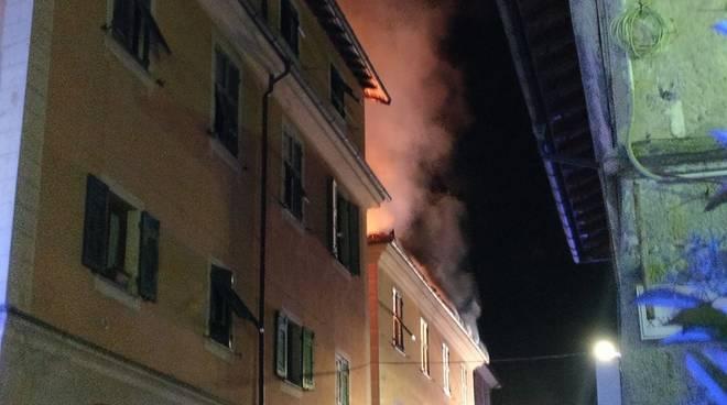 Casella, spaventoso incendio: per salvarsi si lanciano dalle finestre
