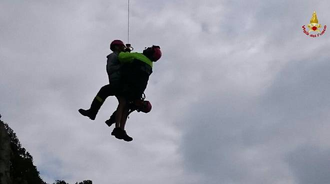 Punta Manara - Scendono con una corda sulla scogliera e restano bloccati