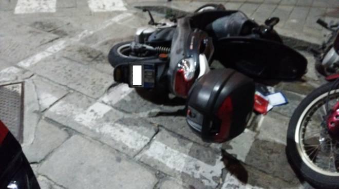 Savona, prendono a calci auto e moto e distruggono una fioriera