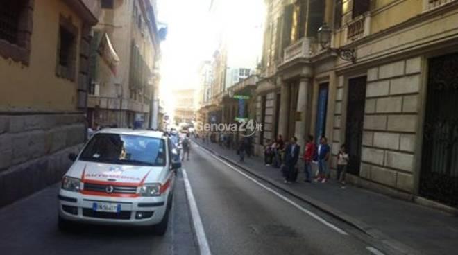 Macabra scoperta in via Balbi: donna morta da giorni, forse overdose