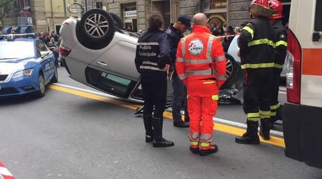 Incidente a Certosa in via Canepari: auto cappotta