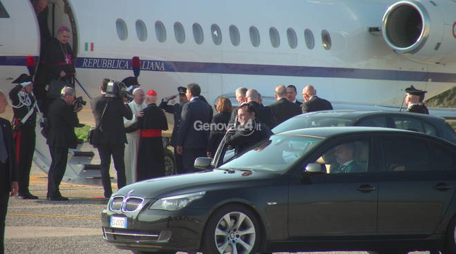 Papa Frqancesco atterra a Genova