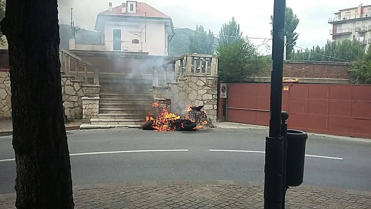 Scooter in fiamme nel centro di Pietra Ligure