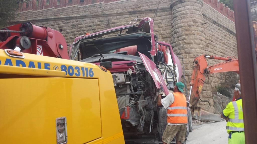 Betoniera contro gru a Borghetto: rimosso il mezzo pesante