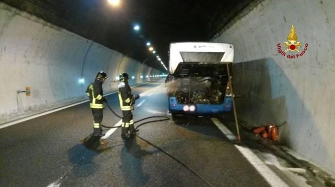 Bus in in fiamme in A12
