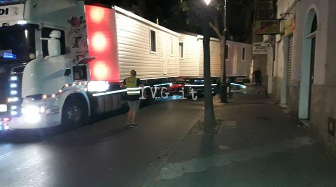 Notte di gran lavoro per polizia locale Albenganese e operai della segnaletica di Albenga