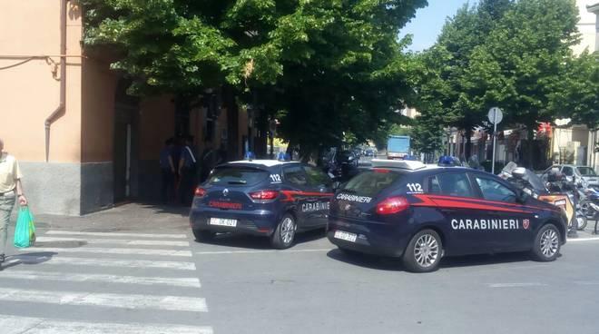 Controlli dei carabinieri negli esercizi commerciali di Albenga