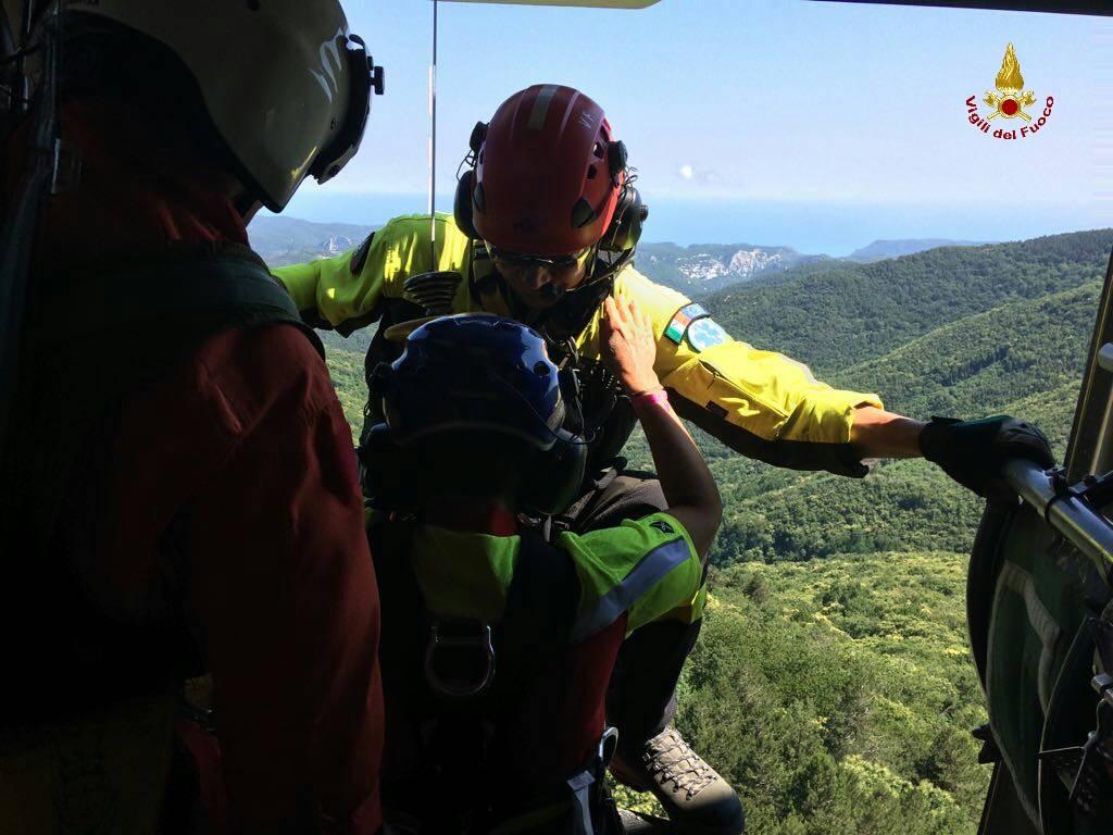 Elicottero Vigili Del Fuoco Verde : Orco feglino biker ferito soccorso dall elicottero dei