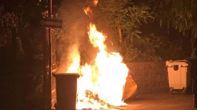 incendio cassonetto fuoco fiamme