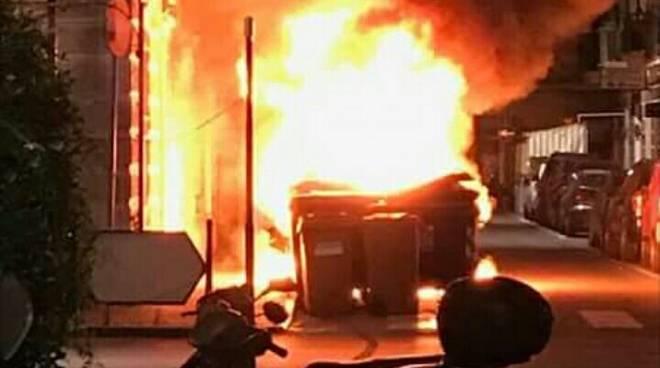 incendio cassonetto fuoco fiamme notte