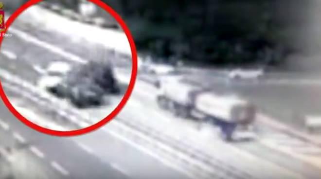 Nonnino di 80 anni in contromano in autostrada nel Genovese