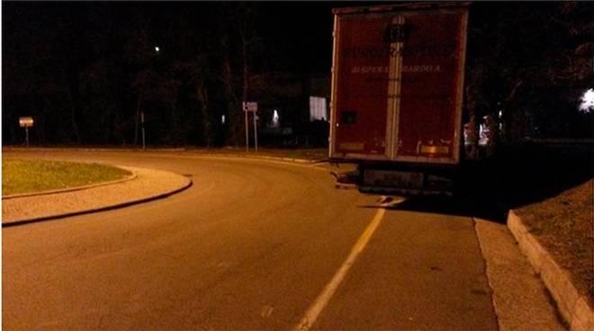 tir camion parcheggiato notte