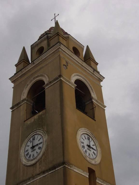 Un fulmine si abbatte sul campanile dell'Annunziata di Spotorno