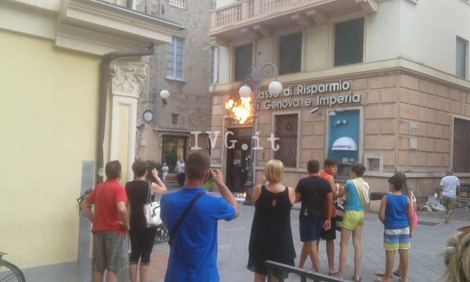 A fuoco l'insegna della filiale di Banca Carige a Pietra
