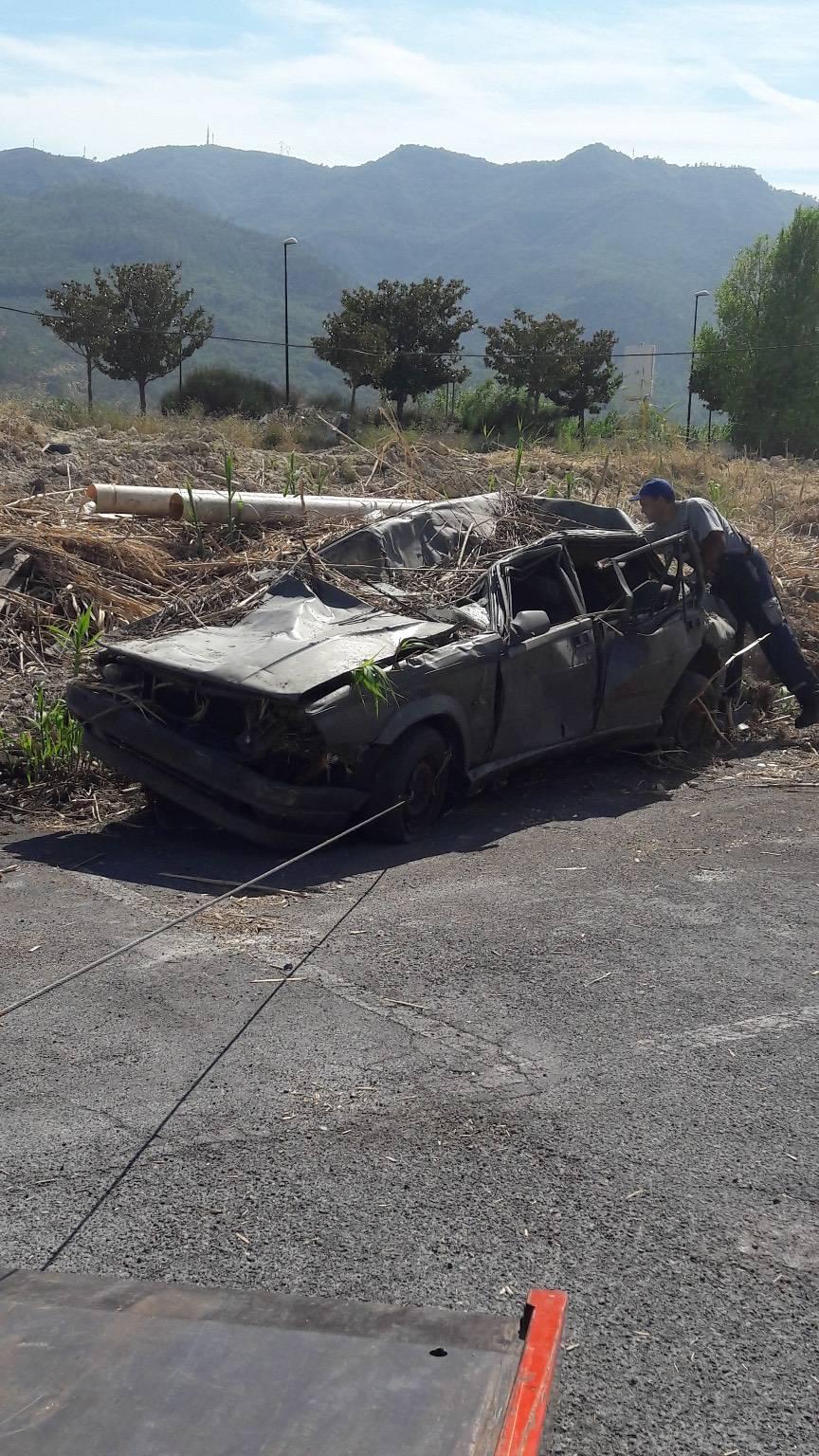 auto abbandonata distrutta