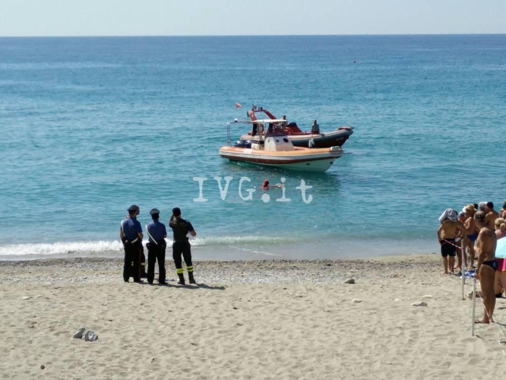 cadavere mare spiaggia finale