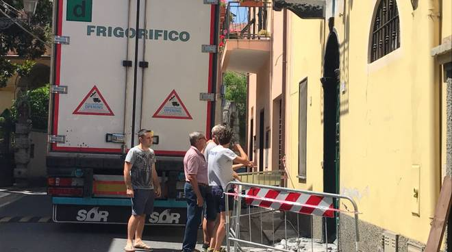 Camion incastrato in via degli Oddi a Bastia d'Albenga