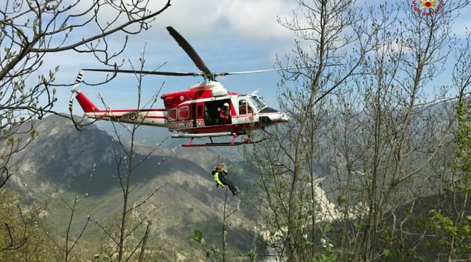 Elicottero Vigili Del Fuoco Verde : Biker soccorsa con l elicottero a bardineto dopo caduta in