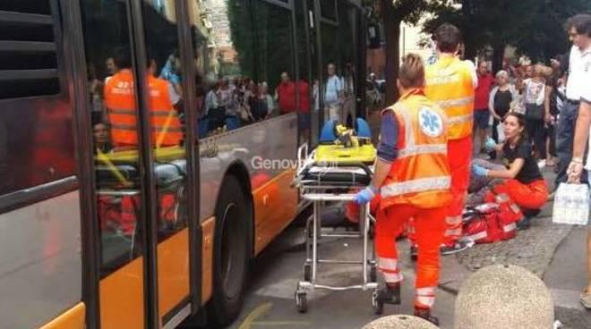 Autobus investe pedone in via Bertuccioni, trasportato in codice rosso al Galliera