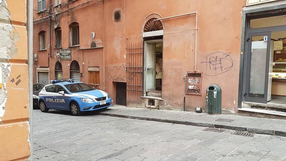 Camera Da Letto A Ponte Genova : Vico san giorgio guardia giurata si spara con la pistola