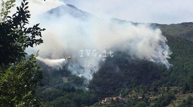 Incendio boschivo tra Vesima e Arenzano: intervento dei vigili del fuoco
