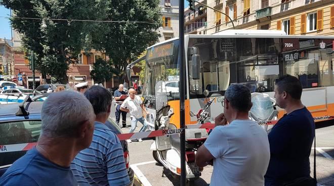 Piazza Alimonda, bus Amt investe una genovese: 70enne grave al S. Martino