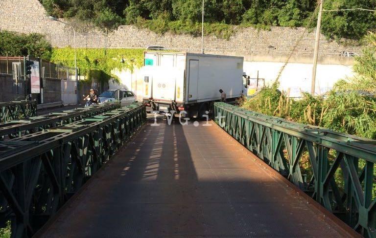 ponte di ferro camion incastrato