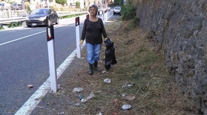 Savona, una pensionata pulisce via Nazionale al Piemonte