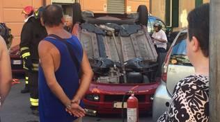 Sconto tra macchine a Savona, un'auto si cappotta