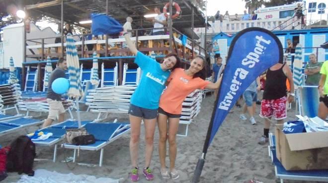 staffetta a coppie sulla spiaggia