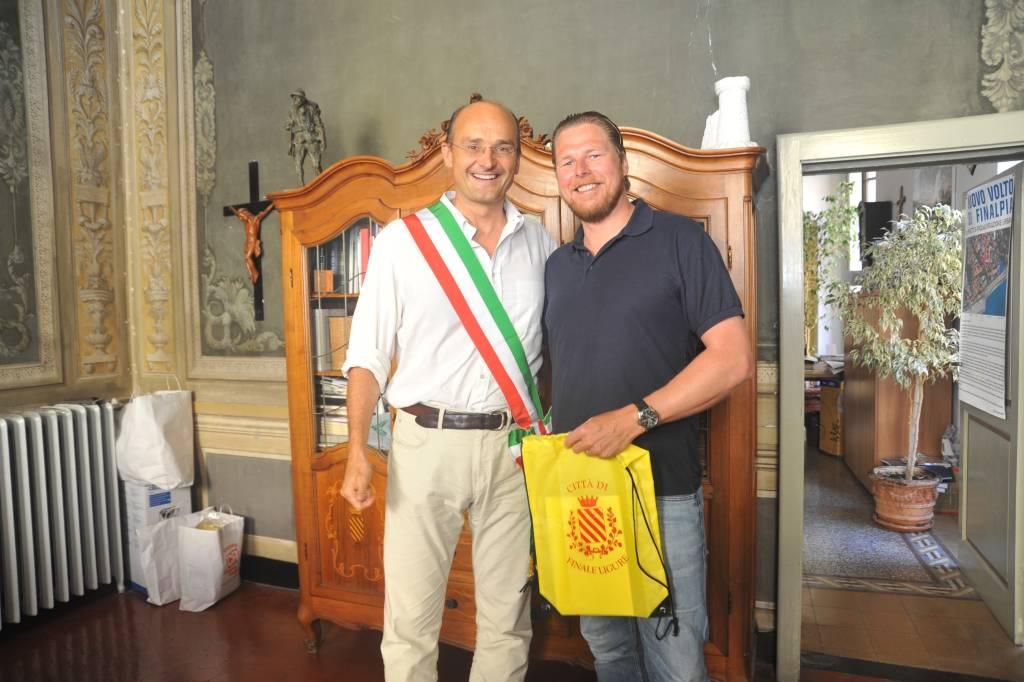 Turista tedesco Finale Ligure con sindaco Ugo Frascherelli