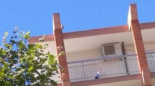 uomo tetto suicida