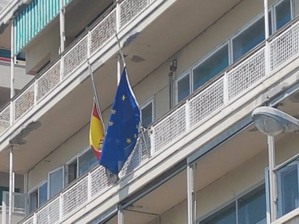 Bandiera Spagna a mezz'asta